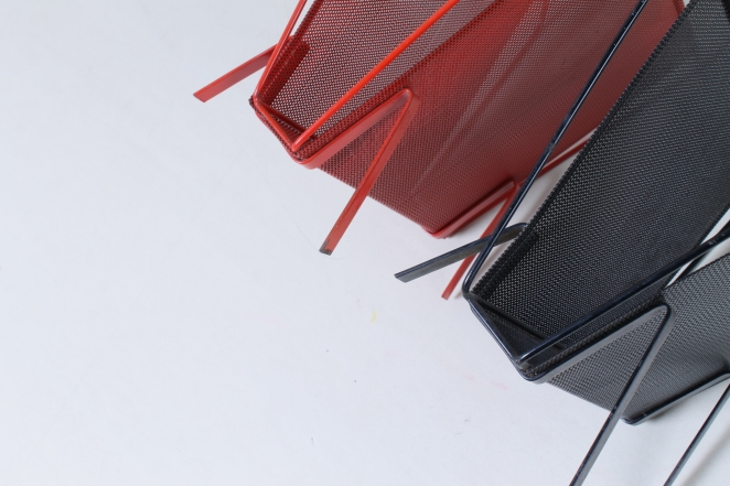 artimeta-soest-magazine-rack-holder-stand-mategot-product-fiedeldij-design-pilastro-style-perforated-metal-3