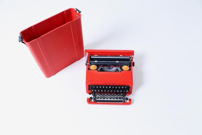 ettore-sottsass-valentine-typewriter-memphis-predict-retro-vintage-writing-machine-olivetti-red-1960ies-1