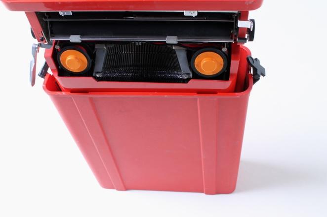 ettore-sottsass-valentine-typewriter-memphis-predict-retro-vintage-writing-machine-olivetti-red-1960ies-4