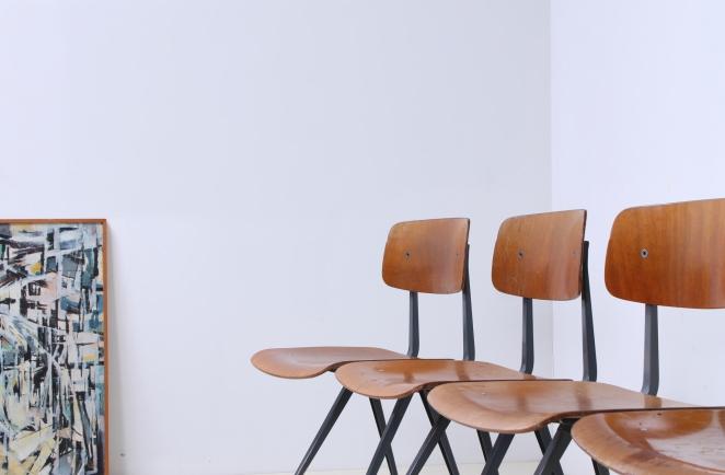 friso-kramer-wim-rietveld-ahrend-de-cirkel-schoolchairs-vintage-industrial-cafe-restaurant-store-display-material-result-first-edition-teak-dark-grey-4