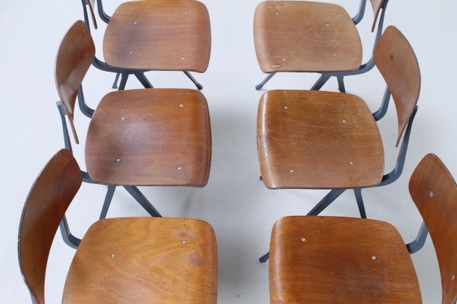 friso-kramer-wim-rietveld-ahrend-de-cirkel-schoolchairs-vintage-industrial-cafe-restaurant-store-display-material-result-first-edition-teak-dark-grey-7