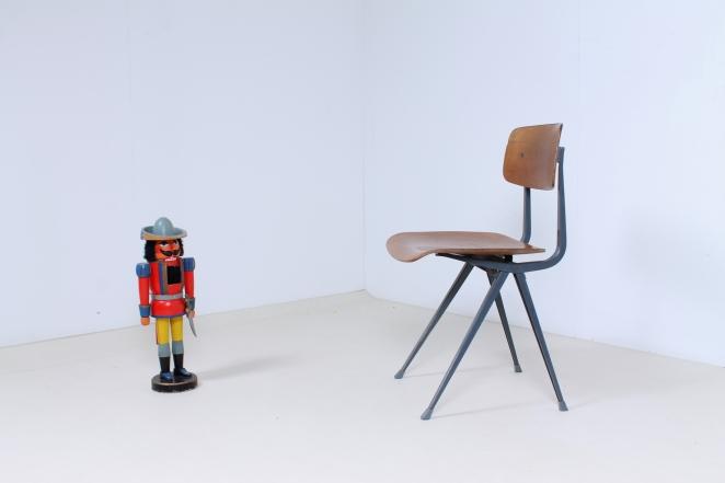 friso-kramer-wim-rietveld-ahrend-de-cirkel-schoolchairs-vintage-industrial-cafe-restaurant-store-display-material-result-first-edition-teak-dark-grey-9