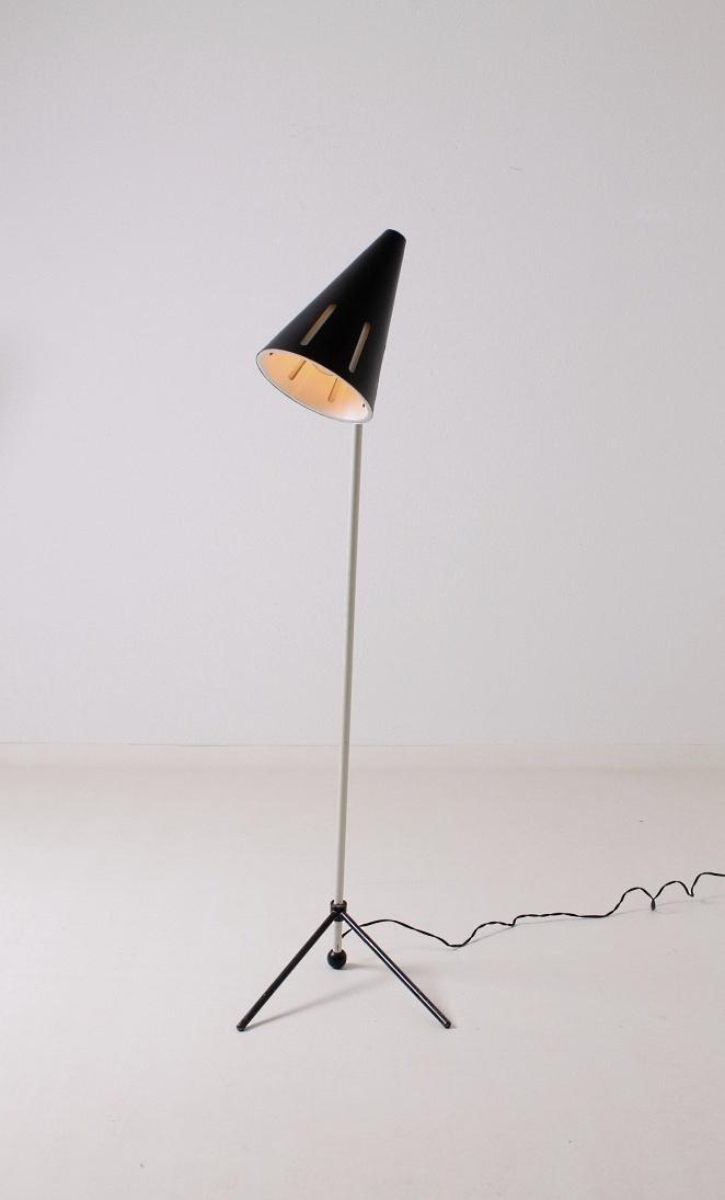 hala-floor-light-sun-series-black-white-fifties-minimal-industrial-busquet-pinocchio-pinokkio-jaren-50-lamp-1