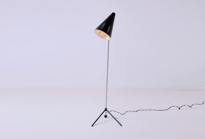 hala-floor-light-sun-series-black-white-fifties-minimal-industrial-busquet-pinocchio-pinokkio-jaren-50-lamp-1