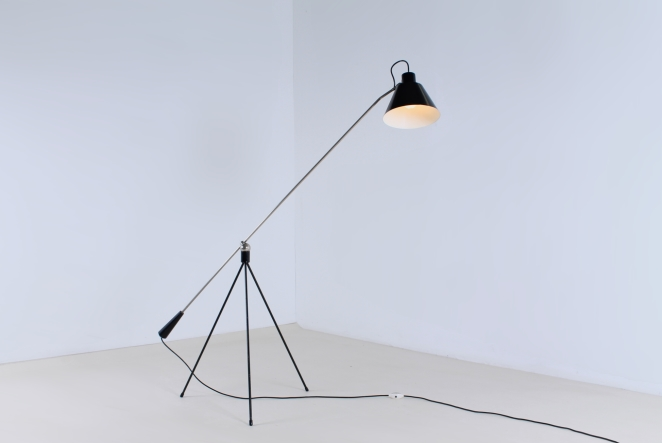 magneto-tripod-floor-light-pinocchio-base-insect-base-light-design-artiforte-fillekes-midcentury-1