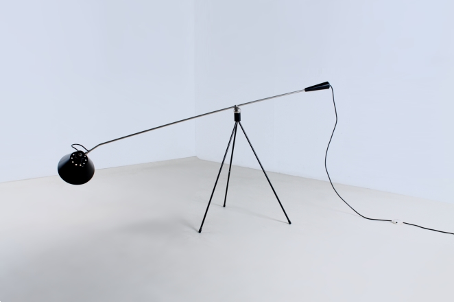 magneto-tripod-floor-light-pinocchio-base-insect-base-light-design-artiforte-fillekes-midcentury-11