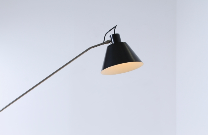 magneto-tripod-floor-light-pinocchio-base-insect-base-light-design-artiforte-fillekes-midcentury-7