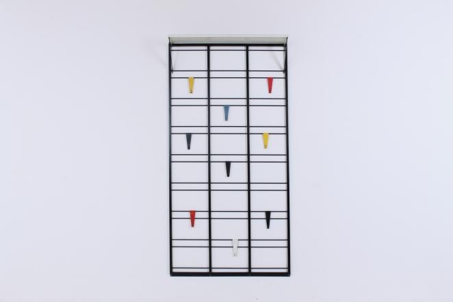 pilastro-coat-rack-servo-muto-white-hat-shelf-tjerk-reijenga-1950ies-dutch-design-musical-scale-colored-hooks-black-bars-vintage-kapstok-10