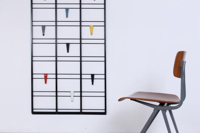 pilastro-coat-rack-servo-muto-white-hat-shelf-tjerk-reijenga-1950ies-dutch-design-musical-scale-colored-hooks-black-bars-vintage-kapstok-3