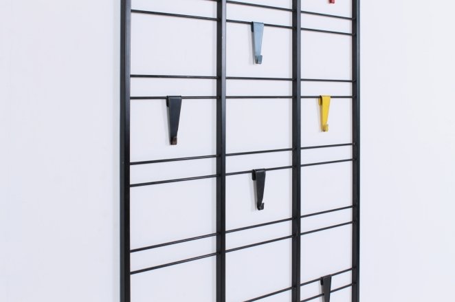 pilastro-coat-rack-servo-muto-white-hat-shelf-tjerk-reijenga-1950ies-dutch-design-musical-scale-colored-hooks-black-bars-vintage-kapstok-6