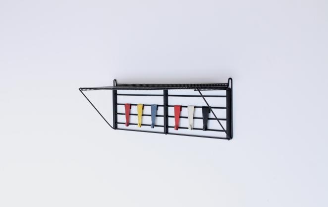 pilastro-coat-rack-servo-muto-white-hat-shelve-tjerk-reijenga-1950ies-dutch-design-musical-scale-colored-hooks-black-bars-vintage-kapstok-1