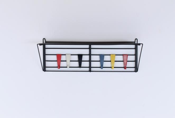 pilastro-coat-rack-servo-muto-white-hat-shelve-tjerk-reijenga-1950ies-dutch-design-musical-scale-colored-hooks-black-bars-vintage-kapstok-3