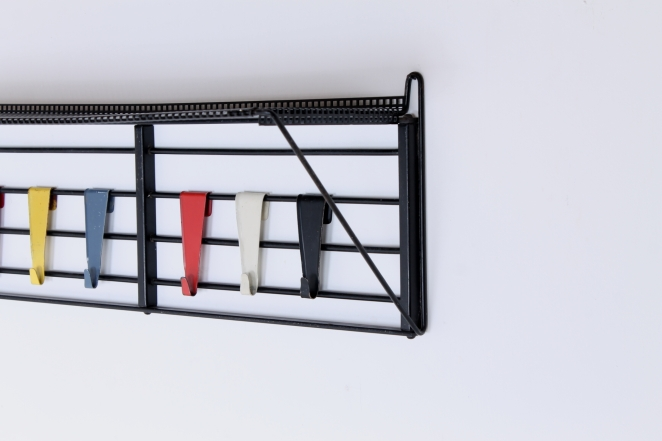 pilastro-coat-rack-servo-muto-white-hat-shelve-tjerk-reijenga-1950ies-dutch-design-musical-scale-colored-hooks-black-bars-vintage-kapstok-4