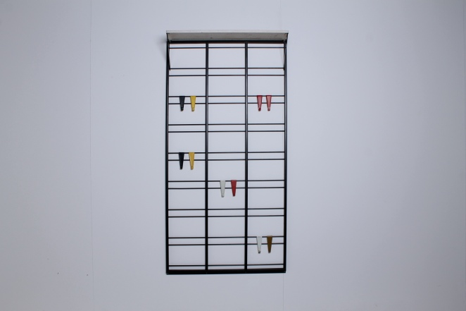 pilastro-coat-rack-white-shelve-colored-hooks-toonladder-1