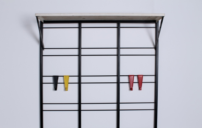 pilastro-coat-rack-white-shelve-colored-hooks-toonladder-4