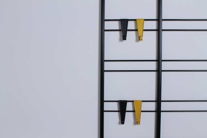 pilastro-coat-rack-white-shelve-colored-hooks-toonladder-6