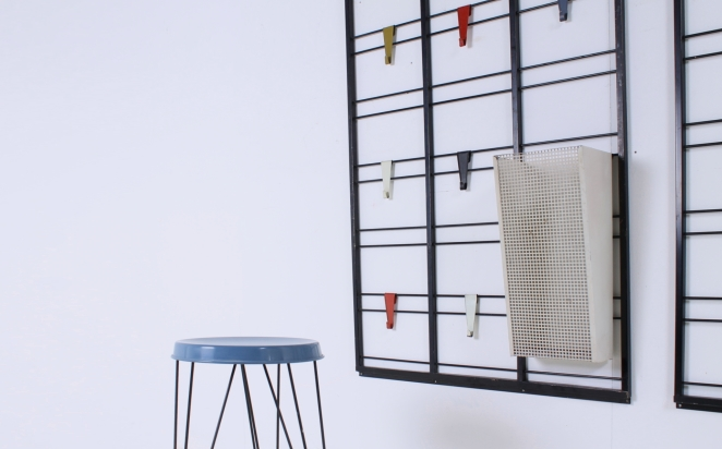 pilastro-umbrella-stand-coat-rack-servo-muto-wire-black-hat-shelve-colored-hooks-tjerk-reijenga-dutch-design-vintage-fifties-musical-scale-10
