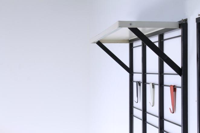 pilastro-umbrella-stand-coat-rack-servo-muto-wire-black-hat-shelve-colored-hooks-tjerk-reijenga-dutch-design-vintage-fifties-musical-scale-5
