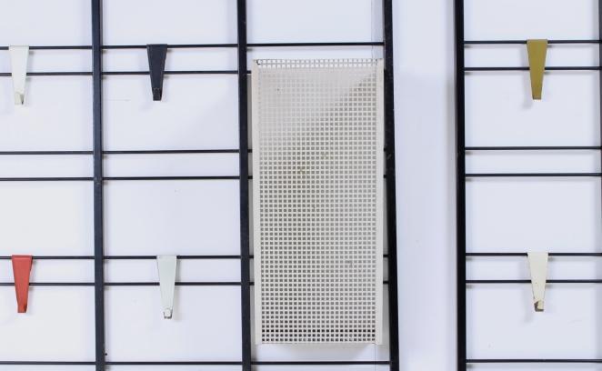 pilastro-umbrella-stand-coat-rack-servo-muto-wire-black-hat-shelve-colored-hooks-tjerk-reijenga-dutch-design-vintage-fifties-musical-scale-8