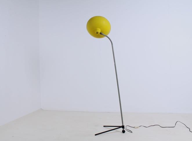 yellow-floor-pinocchio-light-hala-busquet-dutch-design-vintage-fifties-tripod-minimal-1